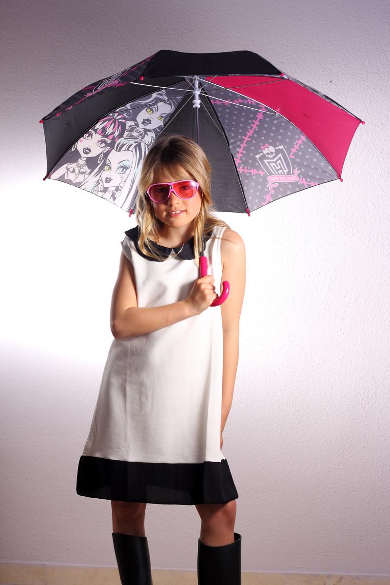 fotografía profesional para book de foto niña con un paragua foto de moda