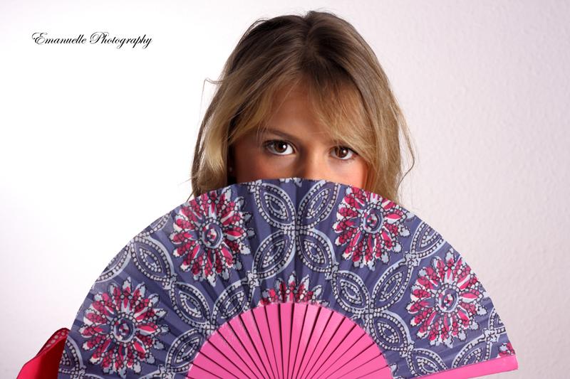 foto de moda para book profesional de estudio, niña con abanico
