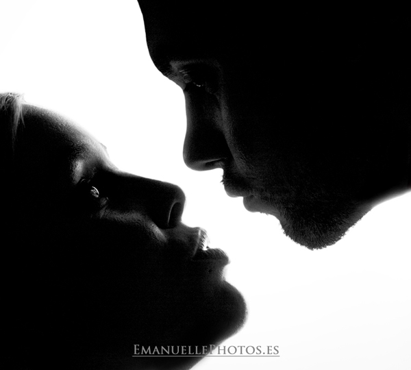 foto de estudio en contraluz, la pareja dándose un beso