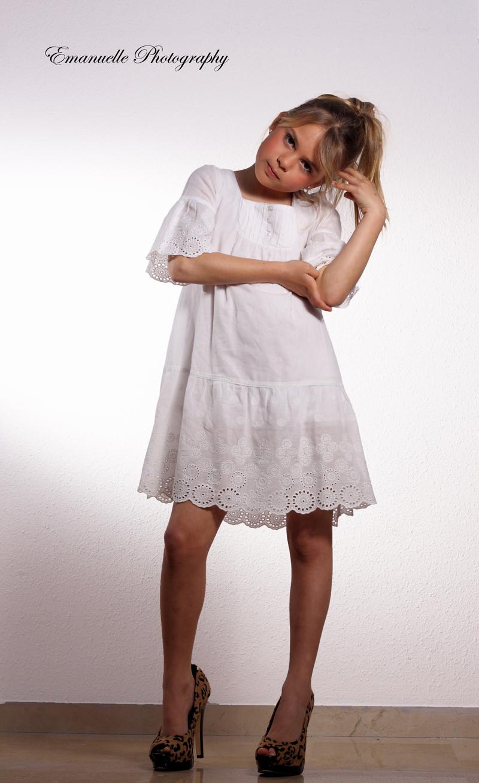 foto original de niña para book de moda en málaga, niña con tacones