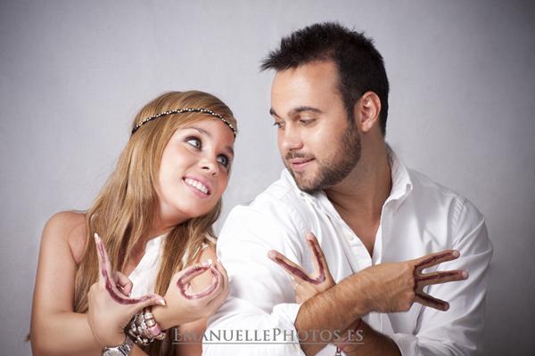 Fotografía divertida de album, en pareja manos pintada con la palabra love