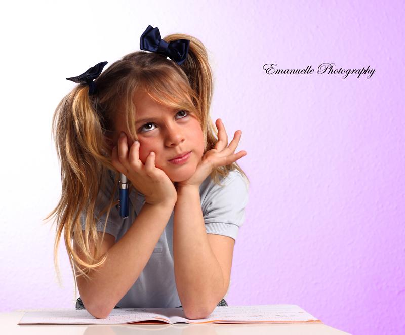 fotografía original de niña pensando para book de foto málaga
