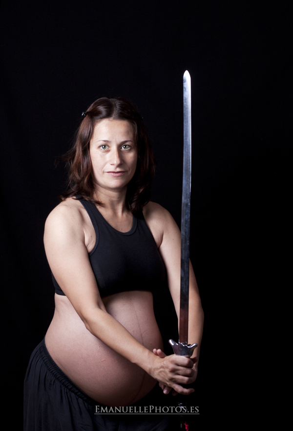 reportaje de embarazo en málaga foto mujer con sable