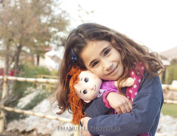 Fotografía de niño con su muñeca, málaga