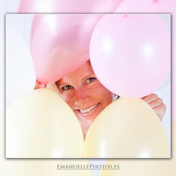 Foto del reportaje de embarazada, con globos de colores