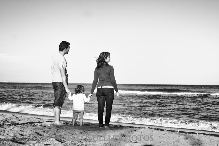 Foto de familia en frente al mar para book de niños