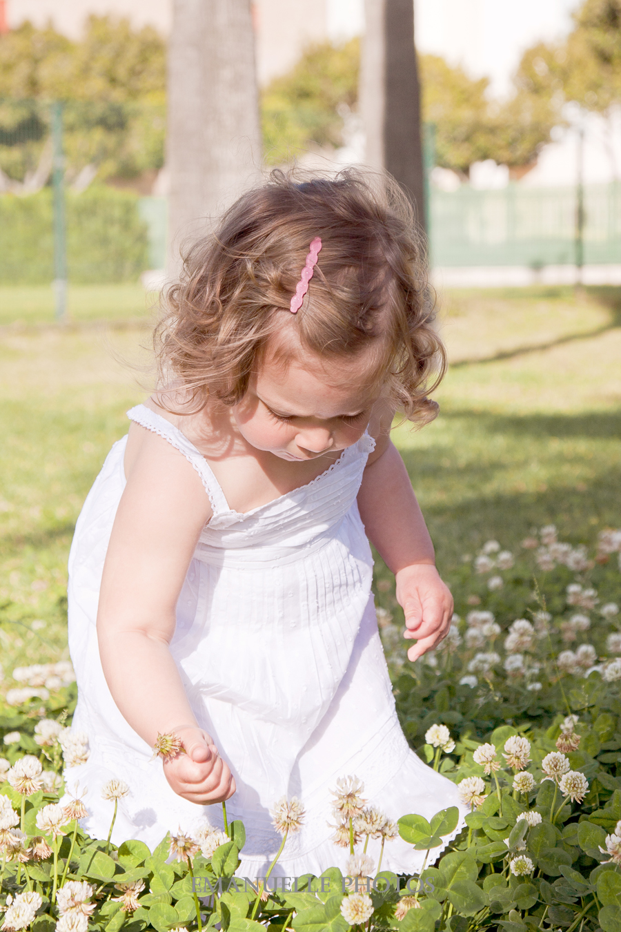 Foto de niña recogiendo una flor en málaga