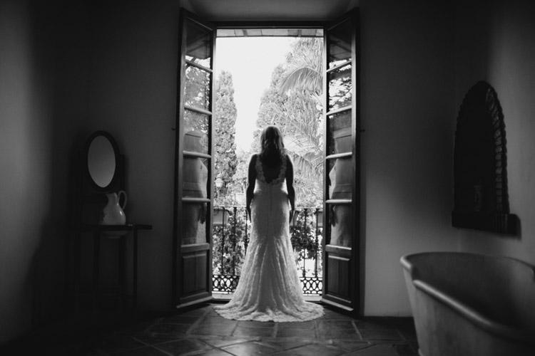 fotografía artística de boda, fotografia preparativo novia frente de la venta