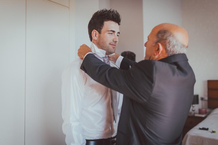 momento emocionante entre padre y hijo en la boda de granada