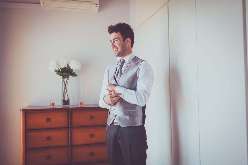 retrato del novio durante los preparativo de boda en granada