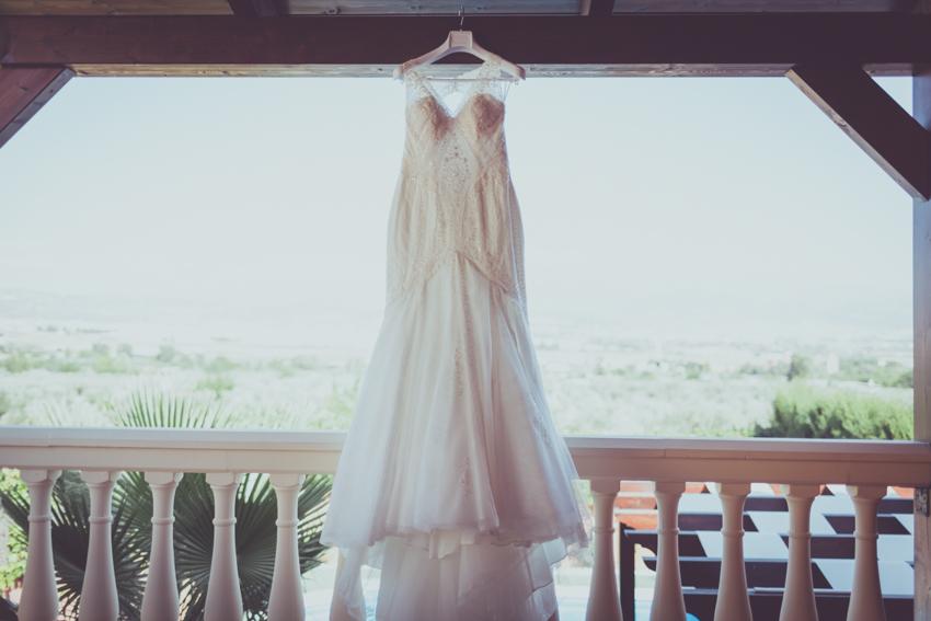 traje de novia colgado en una percha