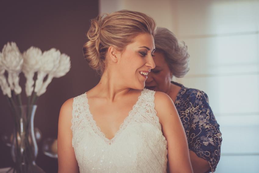 fotografía de sentimiento entre madre y hija durante la boda