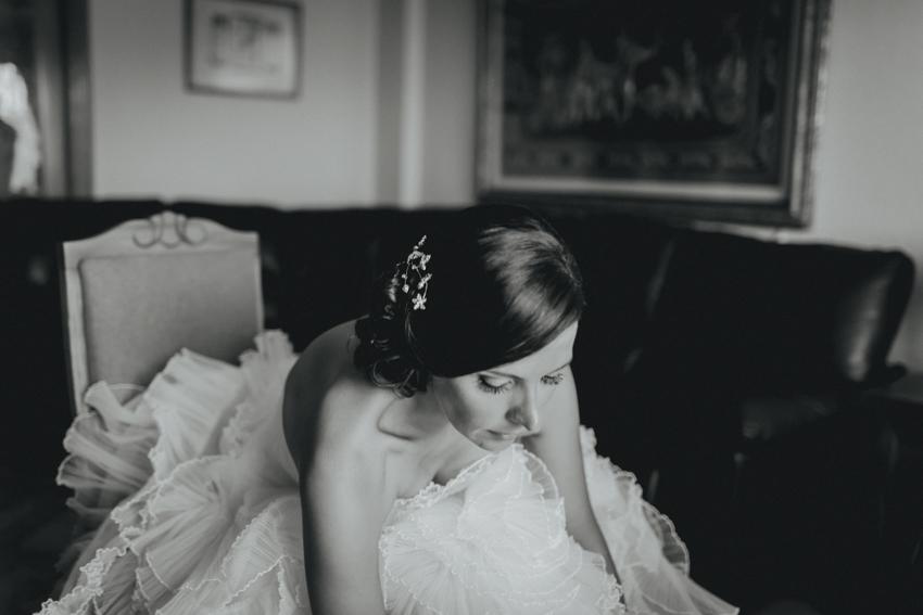 retrato de novia en su casa esperando a la cerimonia en málaga