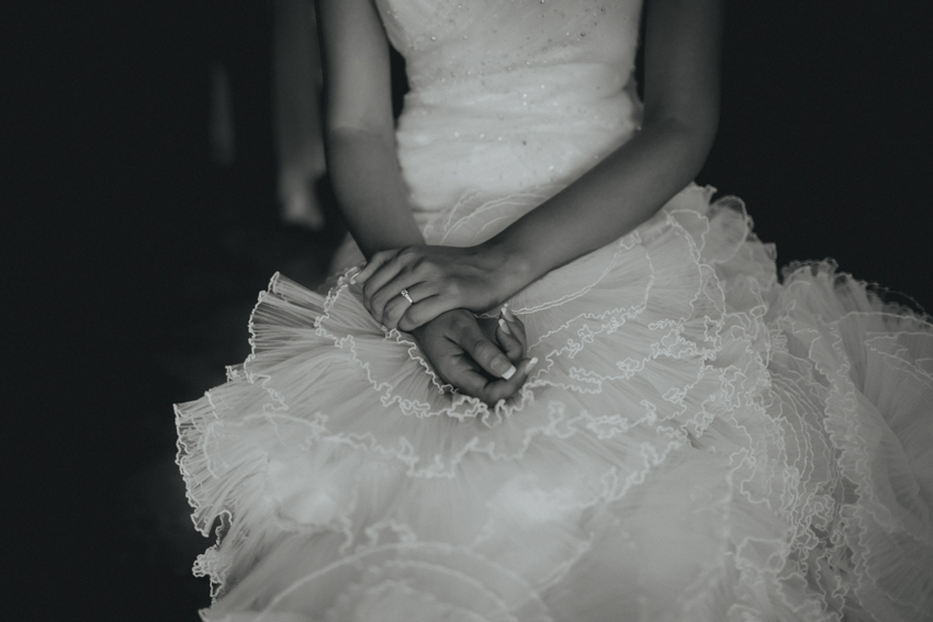 primer plano de las mano de la novia, fotografía emotiva
