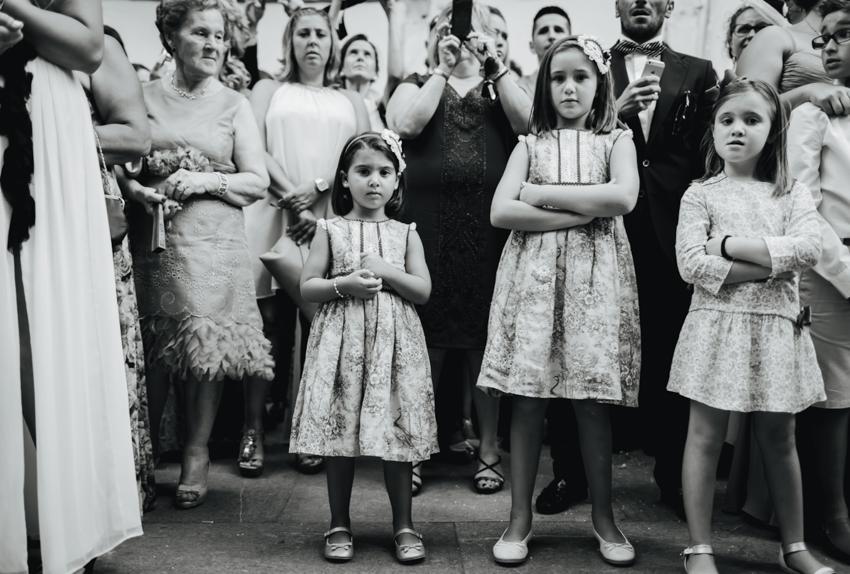 fotoperiodismo reportaje de boda niños esperando a la salida de la iglesia