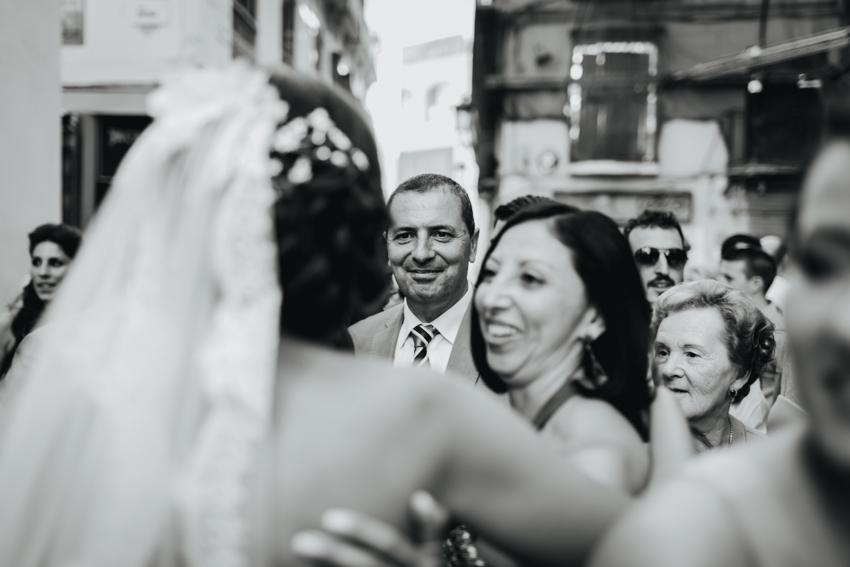 fotografía emotiva de los amigos felicitando a la pareja recién casada