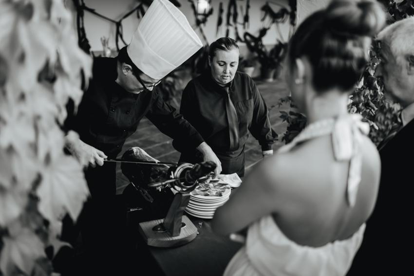 en el banquete cortador de jamón en loncha típico de la zona de andalucía