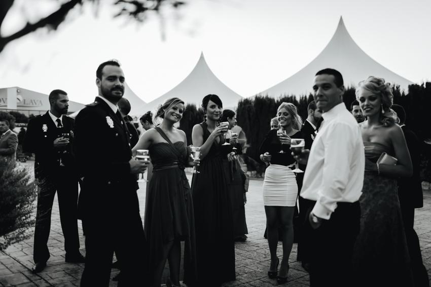 fotografía grupo de amigos de la boda
