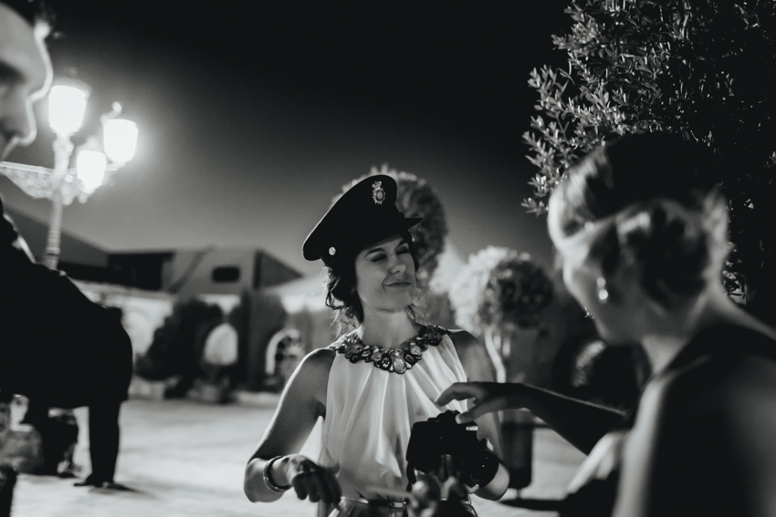 foto divertida de novia de un invitado con el gorro de guardia civil