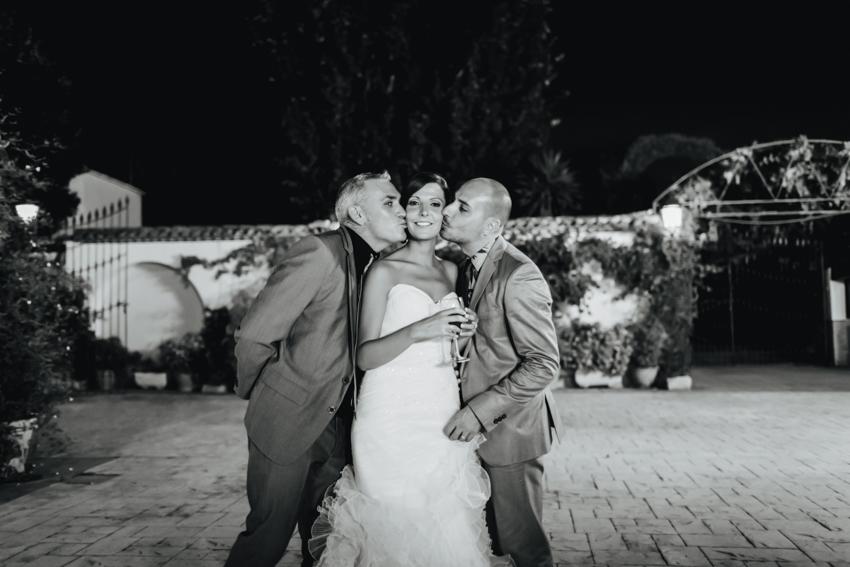 fotografía en familia de la novia con sus hermanos