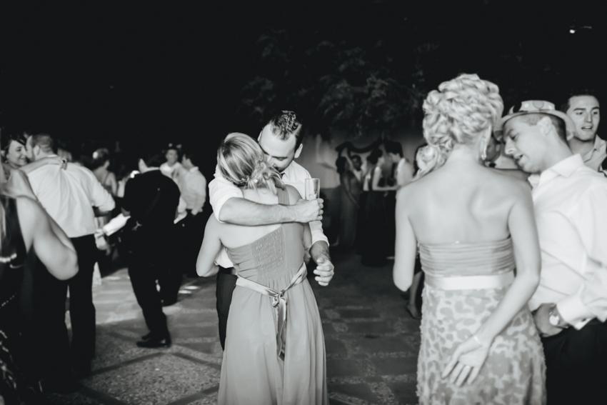 abrazo de una pareja inamorada fotografía original y espontanea en parejja