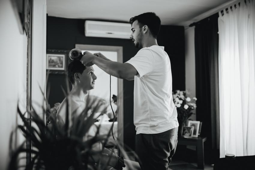preparativo del novio peinado para la boda