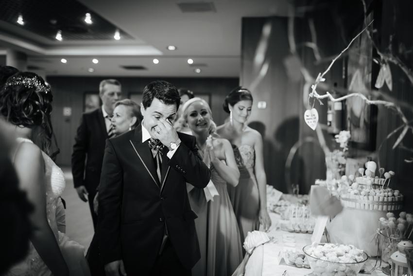 emoción de los novios frente a un regalo original de los invitados