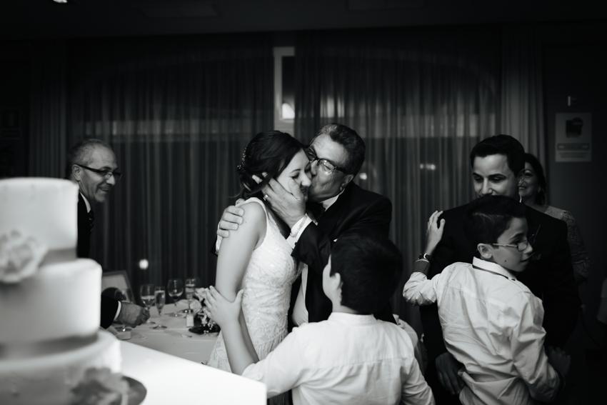 beso emotivo del padre de la novia