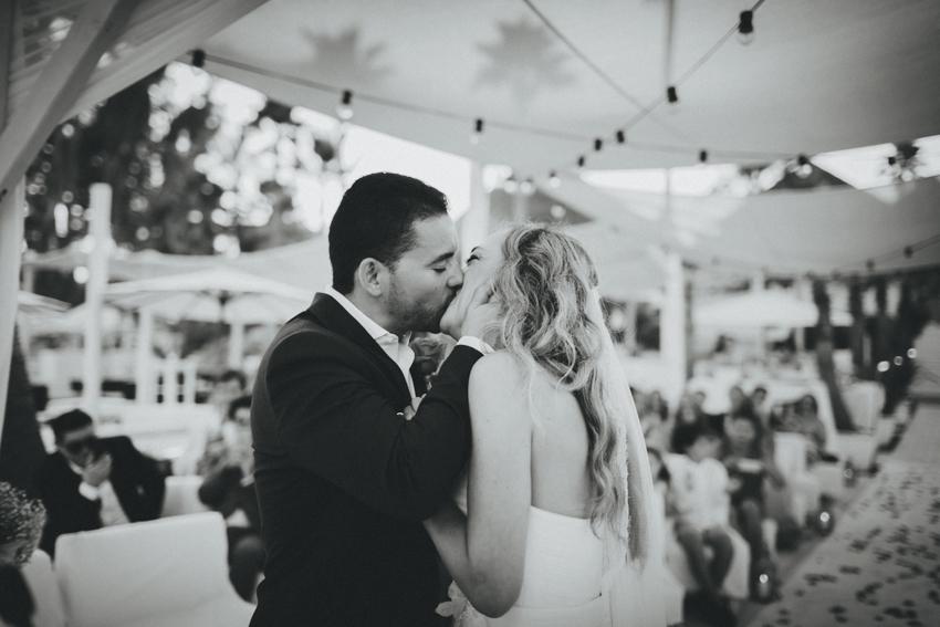beso de los enamorados después de la ceremonia