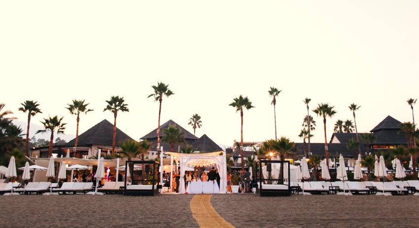 vista desde la playa del altar de boda
