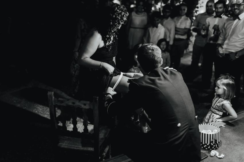 momento divertido el novio pone la liga ad una de las invitada