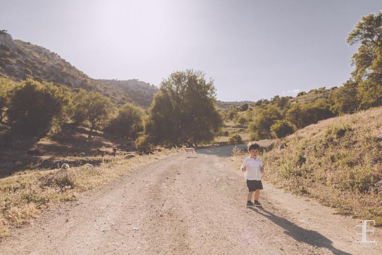 fotografía niño en el medio de un sendero en el campo durante reportaje de boda granada