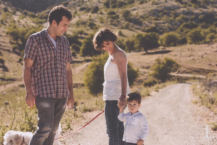 foto en el campo en familia espontanea y natural sin posado