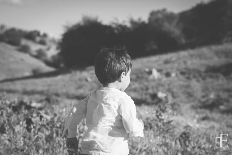 niño corriendo en el campo durante reportaje