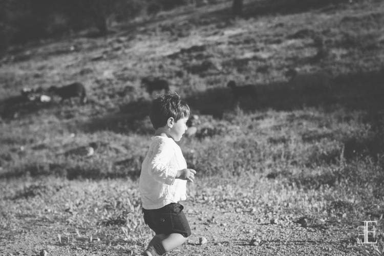 niño corriendo en el campo granada emanuelle photos