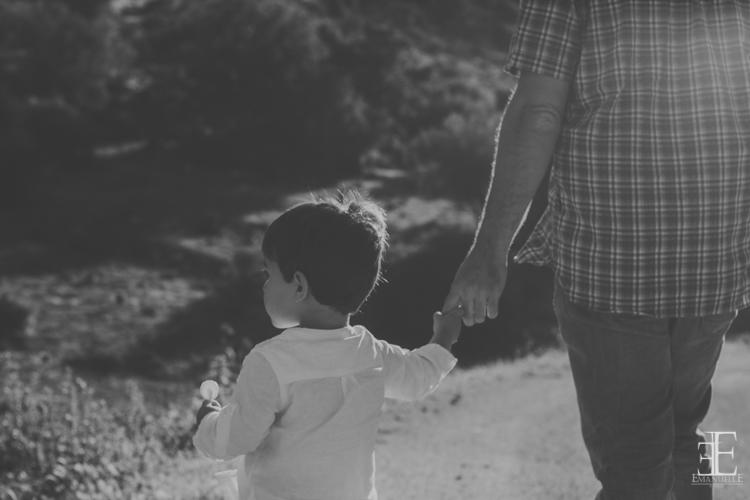 detalle padre y hijo preso por la mano