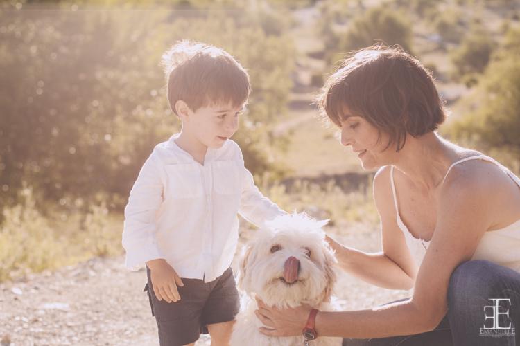 foto de reportaje original familia en el campo con su perrita