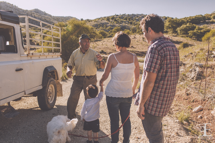 reportaje con ganadero animales en el campo para reportaje fotográfico en granada
